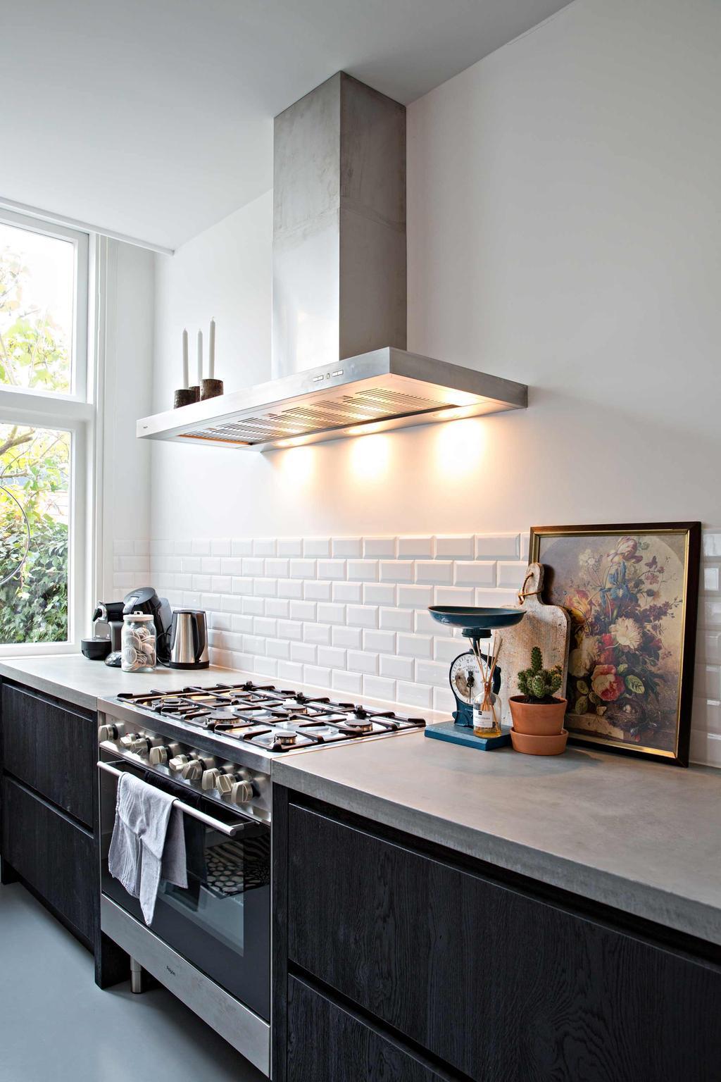Keuken met witte tegels