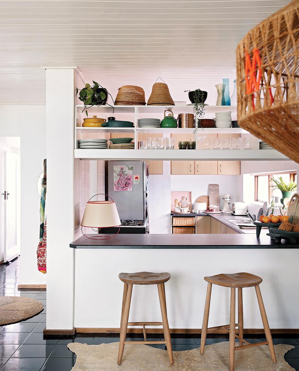 vtwonen special zomerhuizen 07-2021 | keuken met bar en twee barkrukken