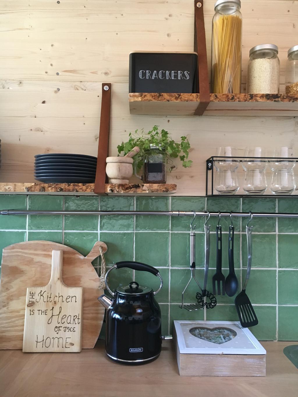 deze-oude-groene-tegeltjes-zaten-er-al-en-hebben-we-laten-zitten-omdat-wij-ze-perfect-bij-deze-keuken-vinden-passen