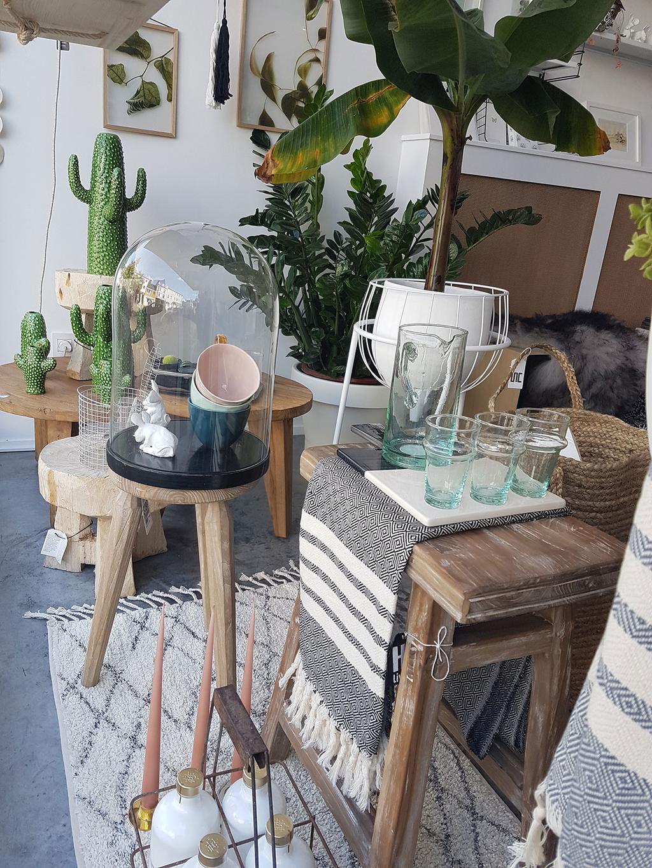 Houten kruk en decoratie in Den Atelier van Amandine