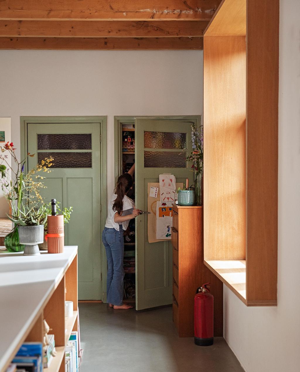 vtwonen 03-2021 | groene deuren in woonkamer met houten vensterbank