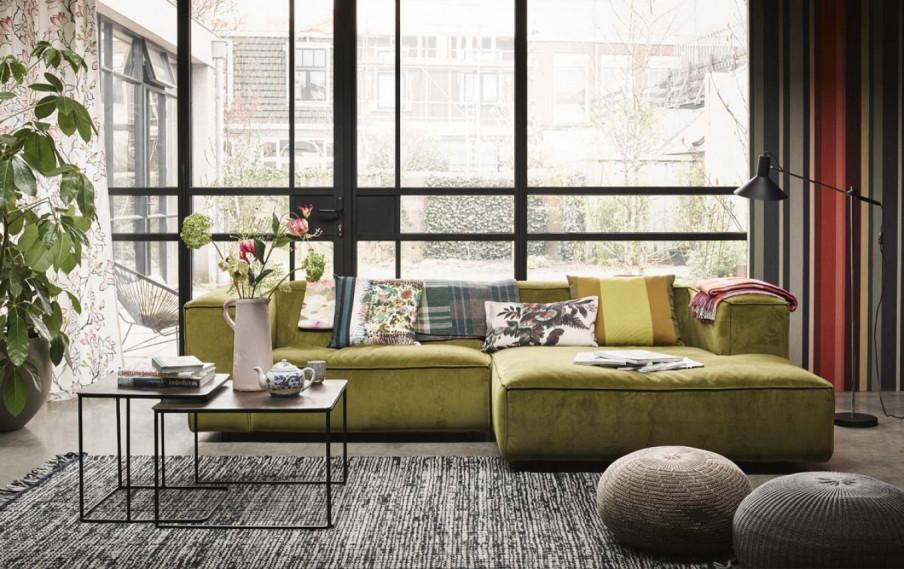 canapé vert baie vitrée tapis ligné gris