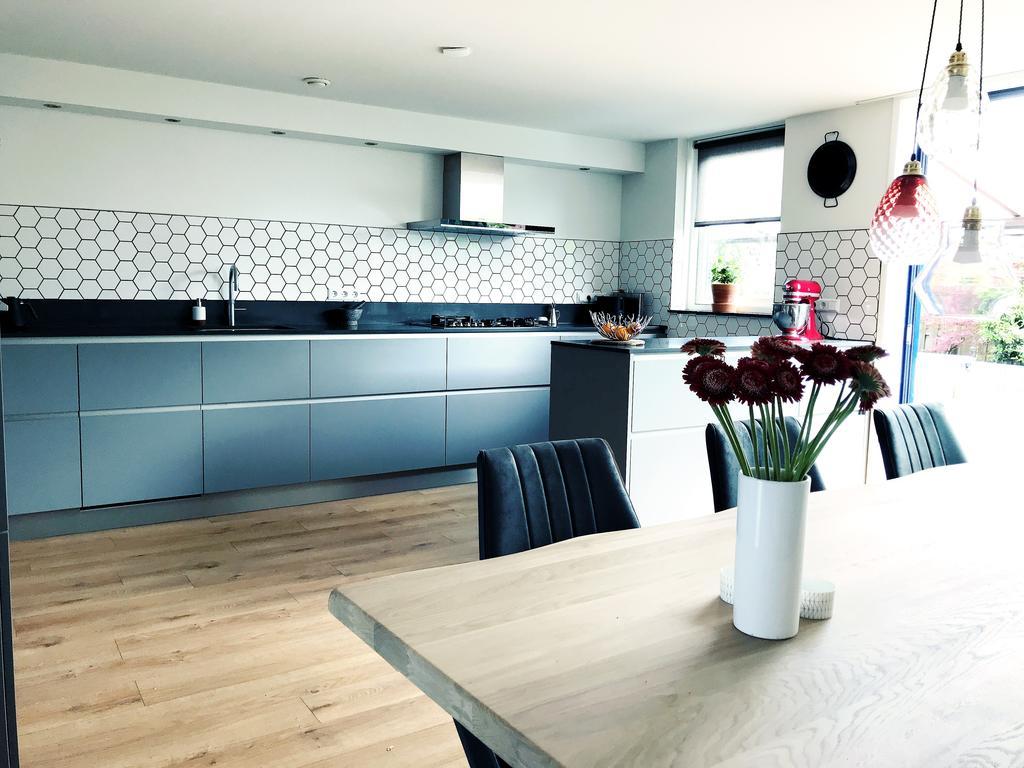 onze-keuken-is-een-echte-woonkeuken-met-een-grote-eettafel
