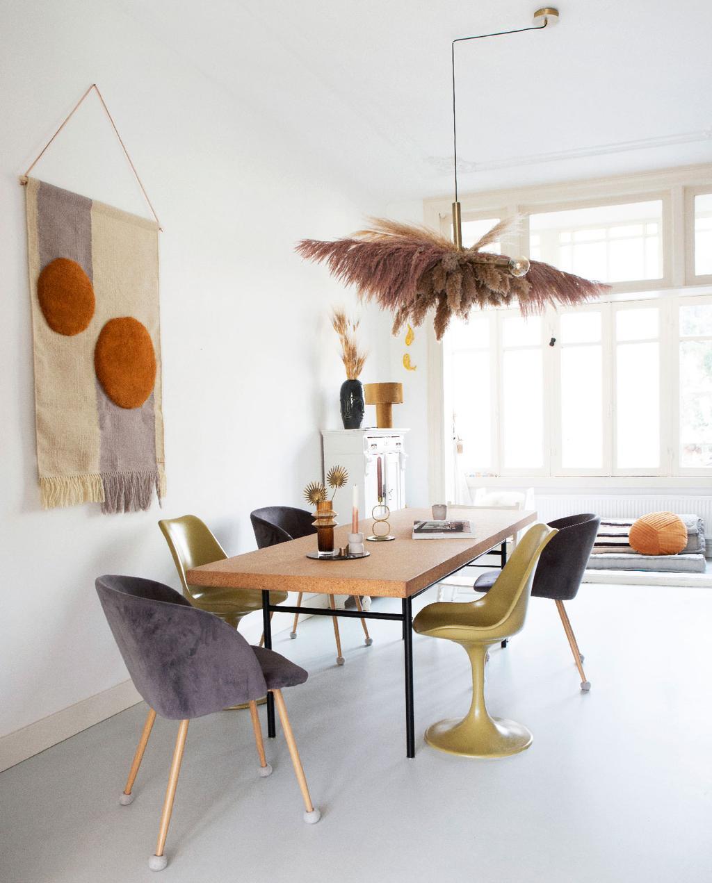 vtwonen 05-2020 | binnenkijken in een klassiek pand in amsterdam eettafel van kurk en wandkleed met stippen