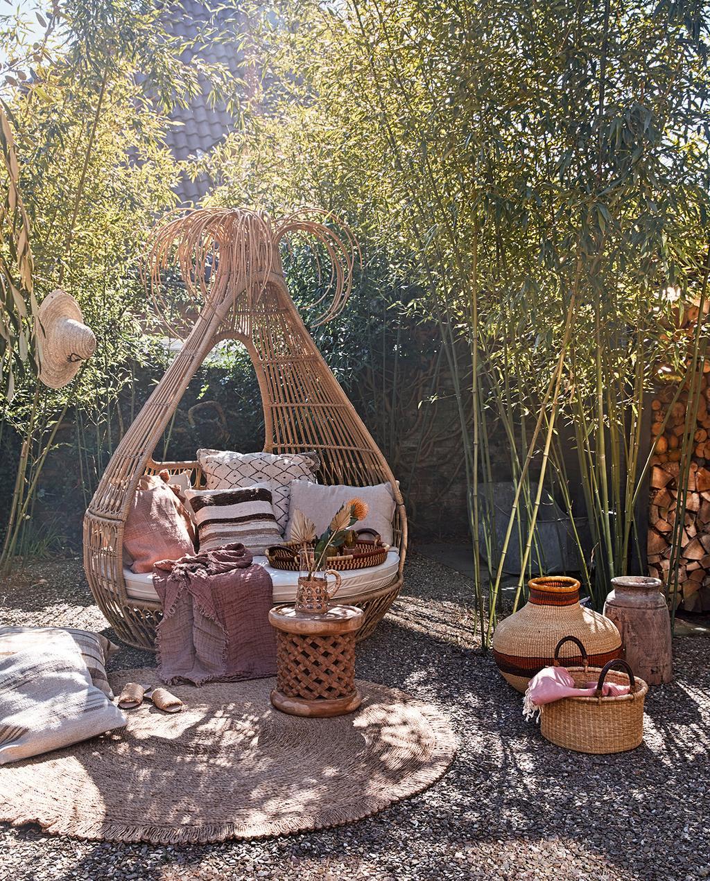 vtwonen tuin special 2 2020 | rotan bank met tuin decoratie terra kleuren mediterraanse tuin styling