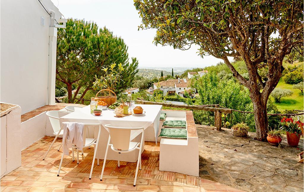 vtwonen tuin special 2 2020 | buitenplaats eettafel uitzicht over zomers natuurgebied Coroleto