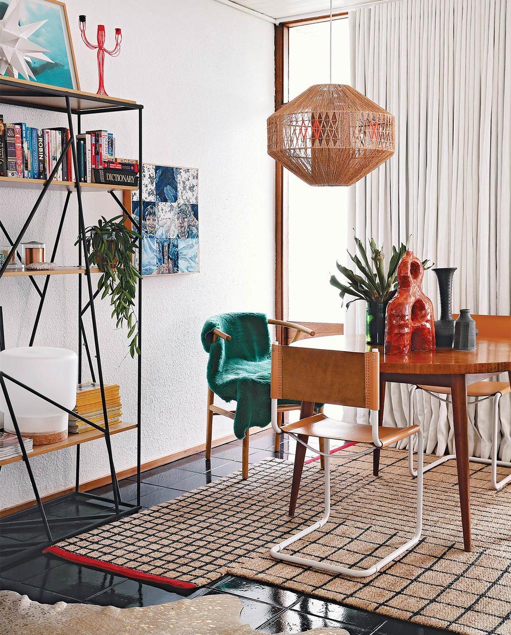 vtwonen special zomerhuizen 07-2021 | een vloerkleed met verschillende rechte lijnen, met regisseursstoelen bij de ronde eettafel