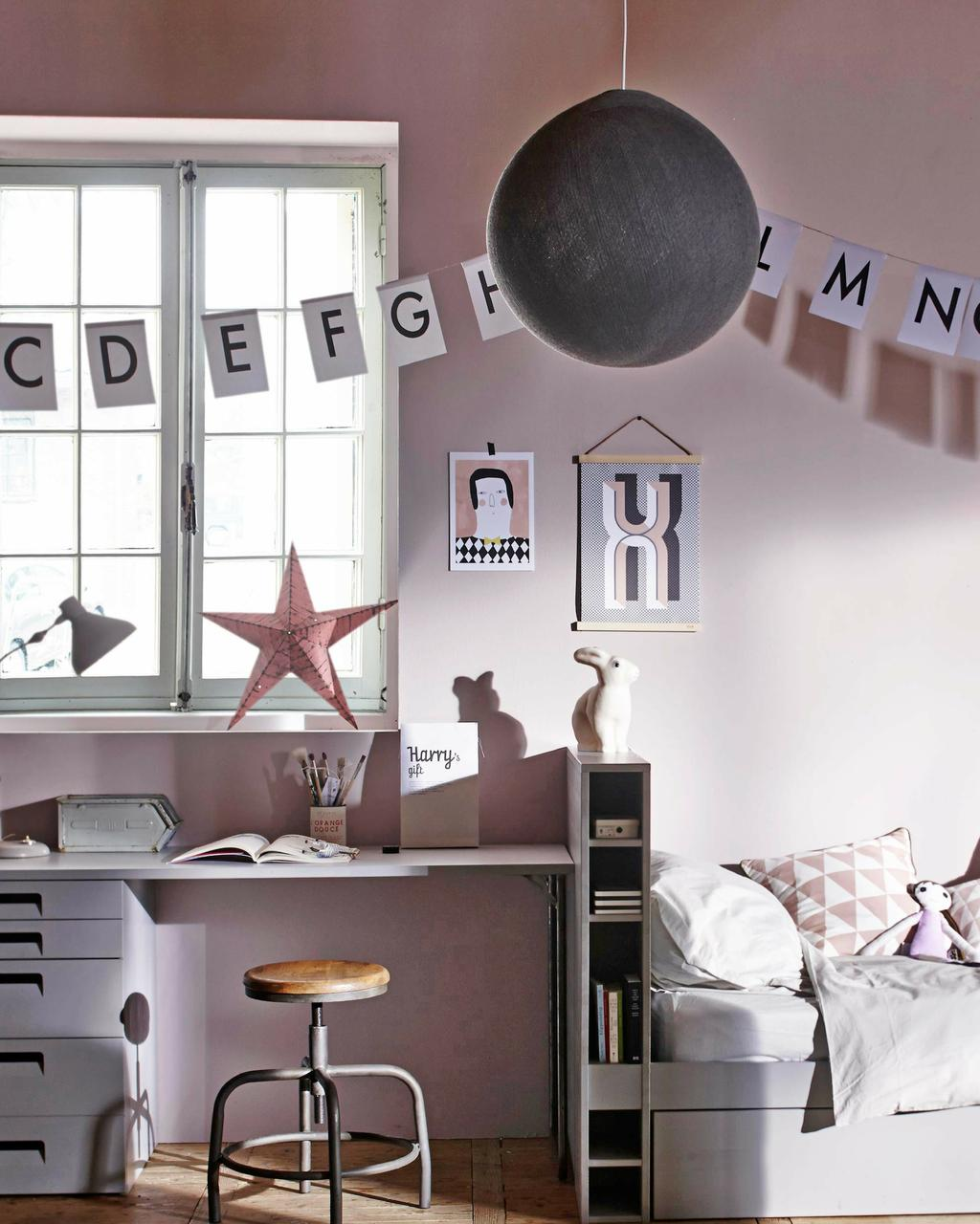 roze frisse kinderkamer met vlaggen en grote lamp