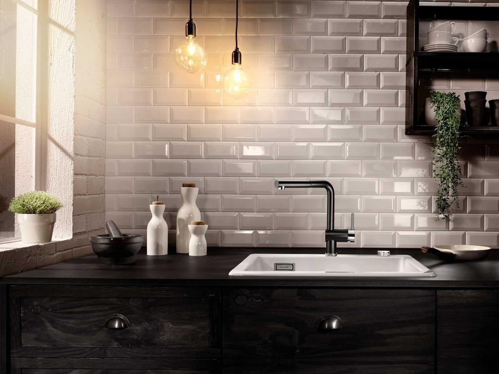 Een zwarte keuken met een zwarte kraan