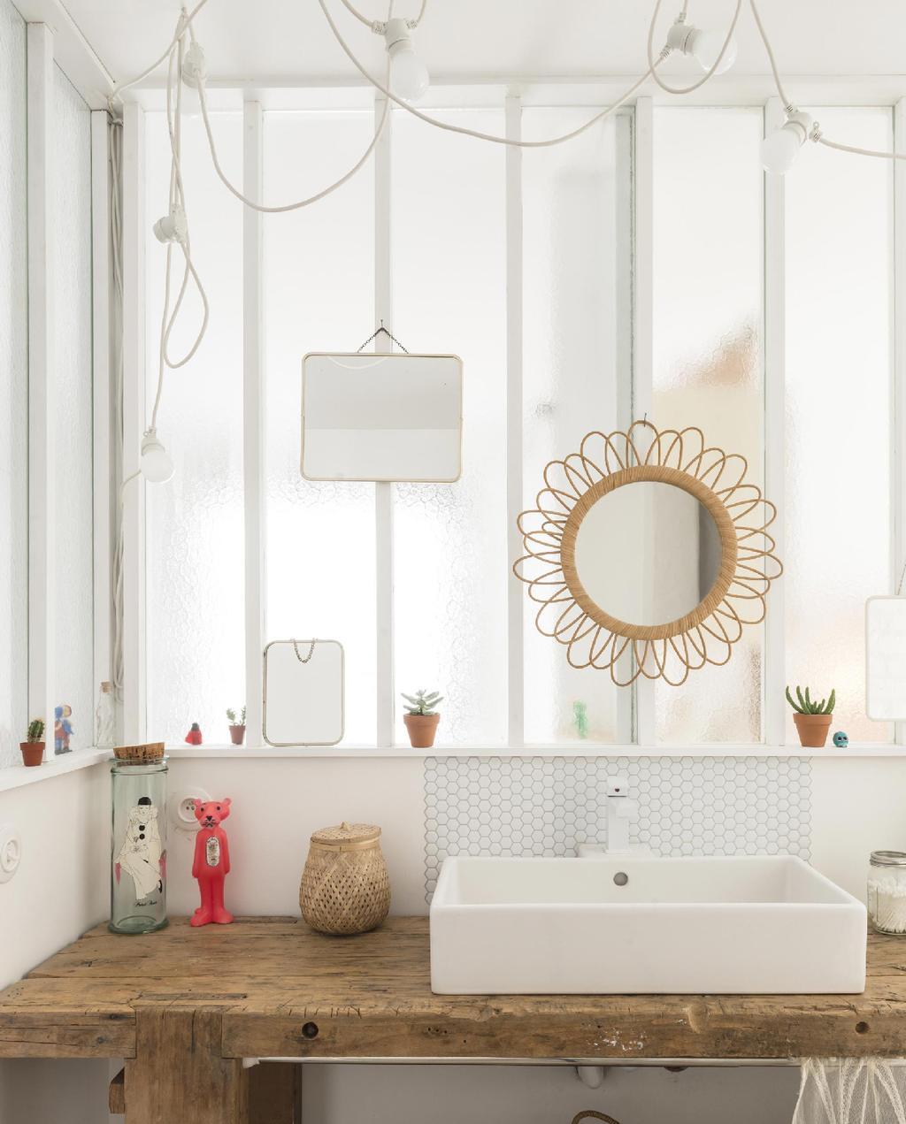 vtwonen 09-2015 | binnenkijken biarritz basic badkamer met rotan bloemspiegel