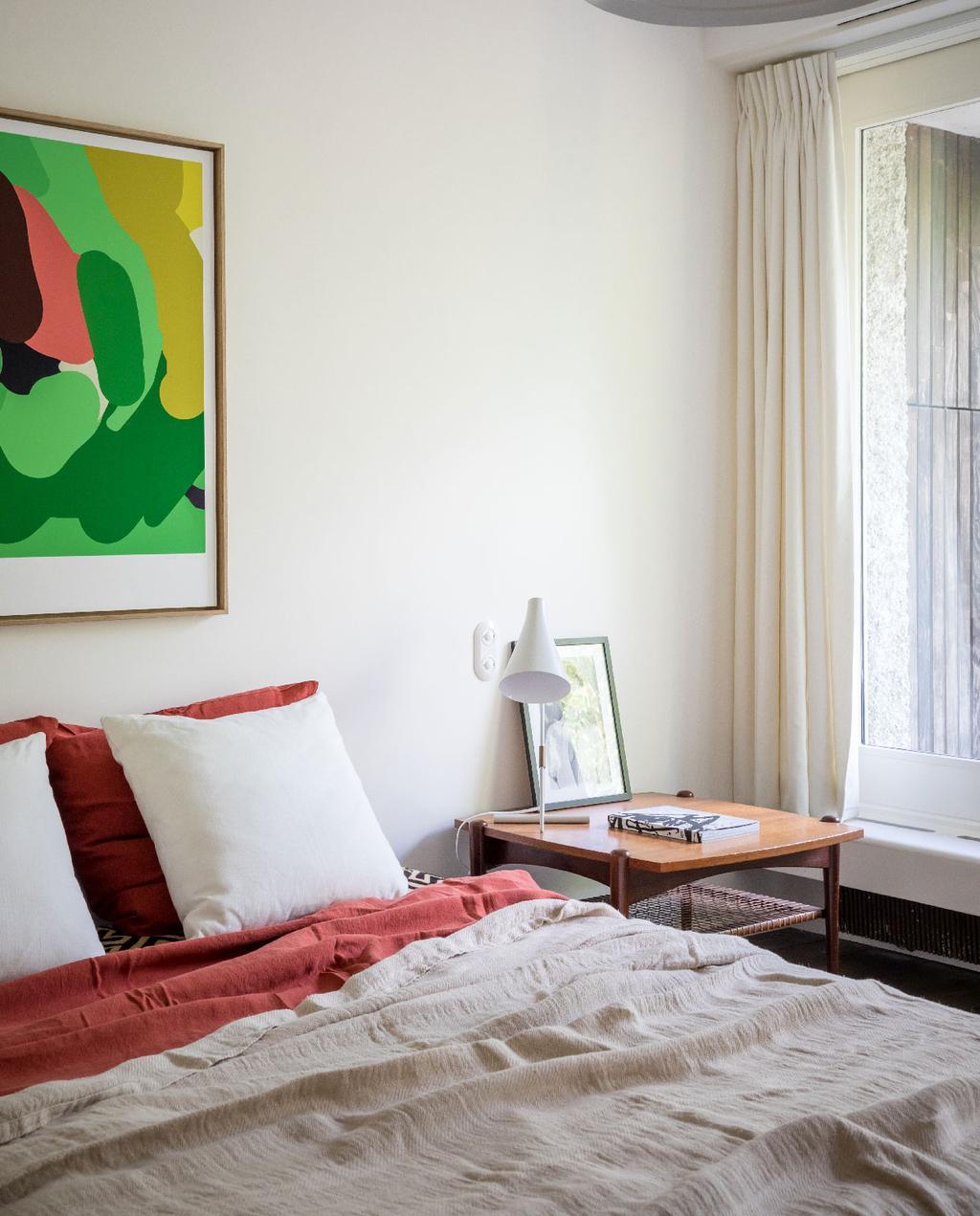 vtwonen 09-2020 binnenkijken frankrijk | slaapkamer rode en beige linnen lakens groen kunstwerk