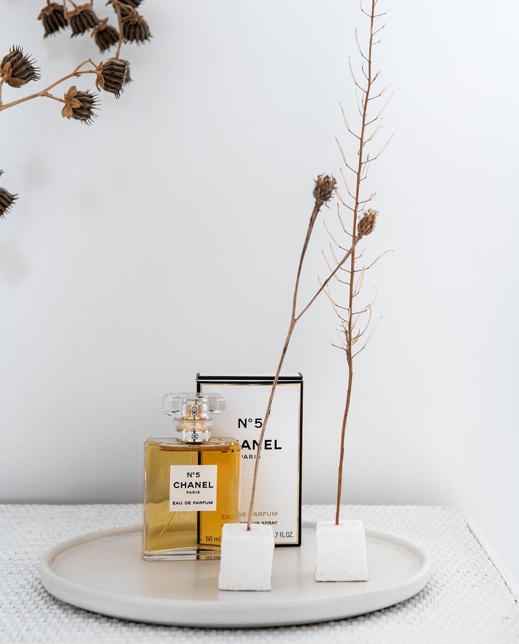vtwonen 04-2021 | parfum van Chanel op een bord met droogbloemen