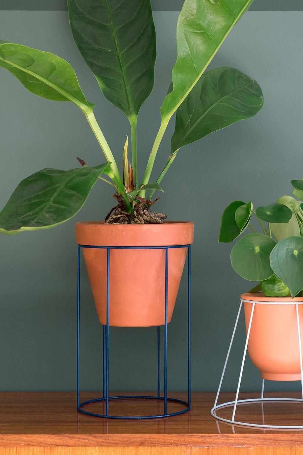 DIY van vtwonen blogger Marij maakt van een oude lampenkap een plantenstandaard