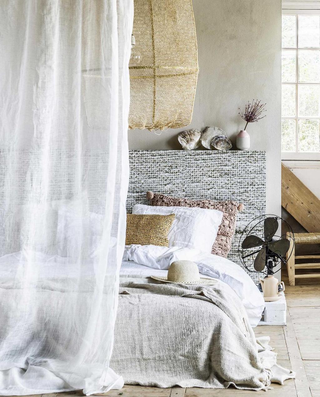 zomer zomerhuis strandsfeer slaapkamer bed linnen natuur | zo is airco wel stijlvol