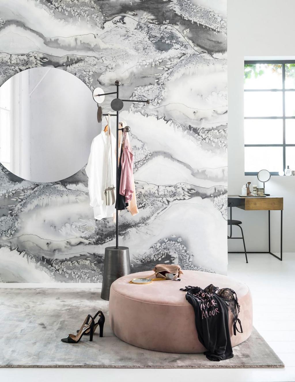 Papier peint imprime marbre et pouf rose