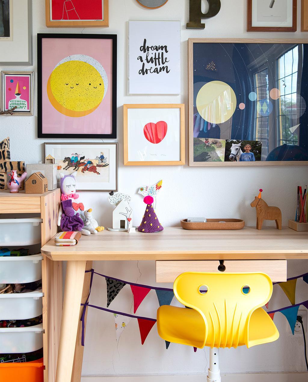 vtwonen 07-2021   gele bureaustoel met bureau en verschillende kunstwerken
