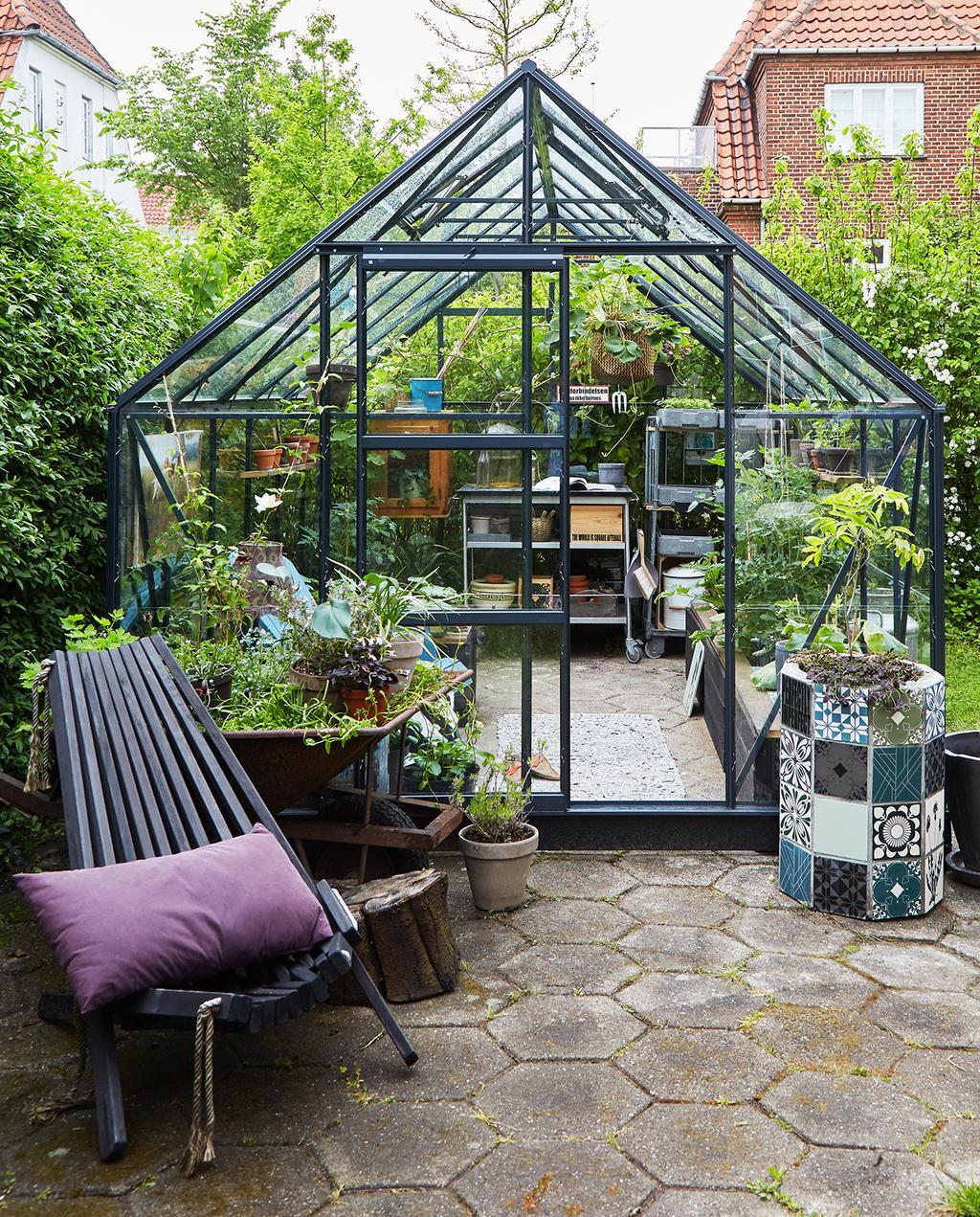 vtwonen tuin special 1 | buitenplaats met donker glazen kas Kopenhagen