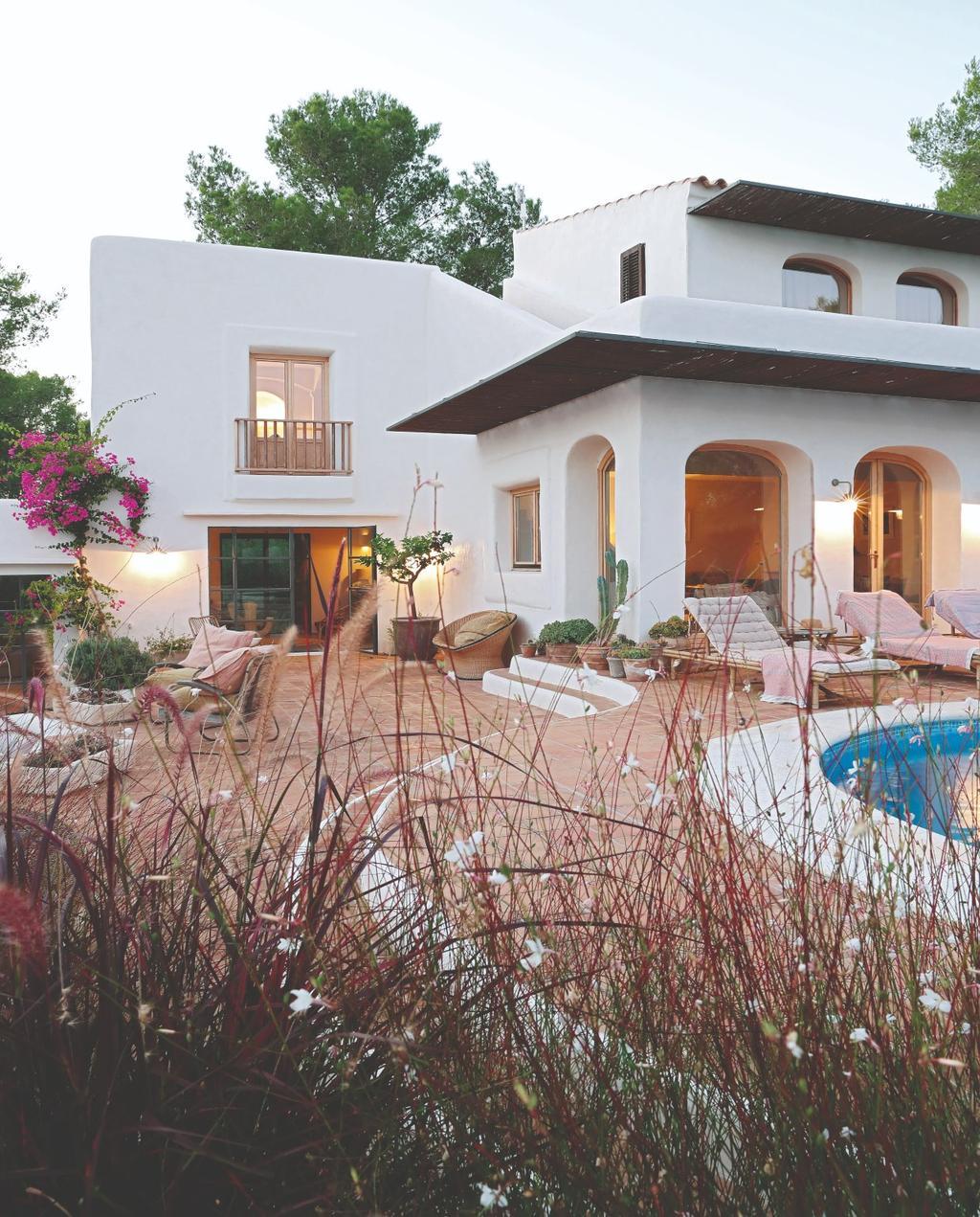 vtwonen 07-2020 | binnenkijken ibiza wit huis met zwembad