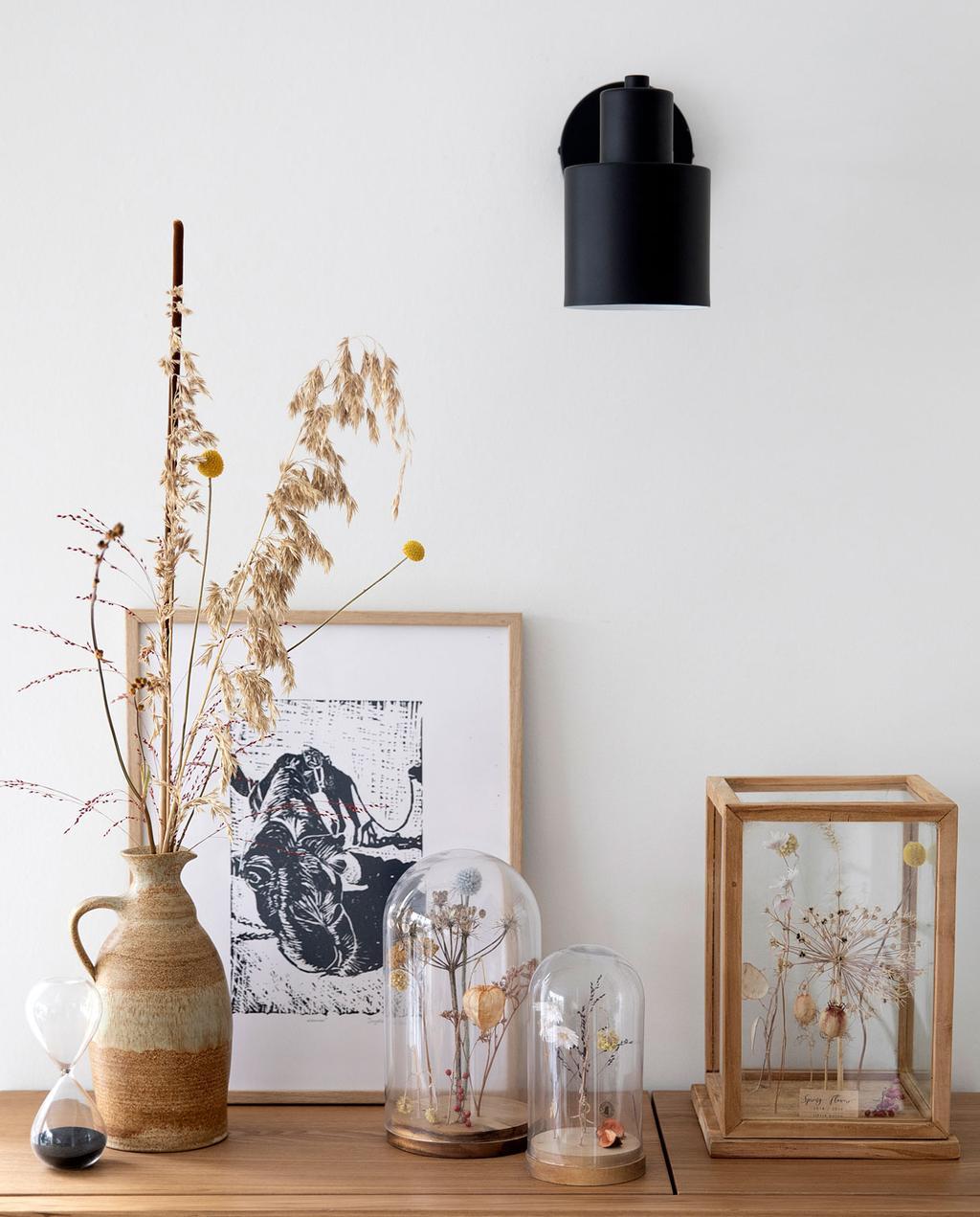 vtwonen 08-2021 | houten kast met stolpen en droogbloemen op de kast en een wandlamp aan de muur