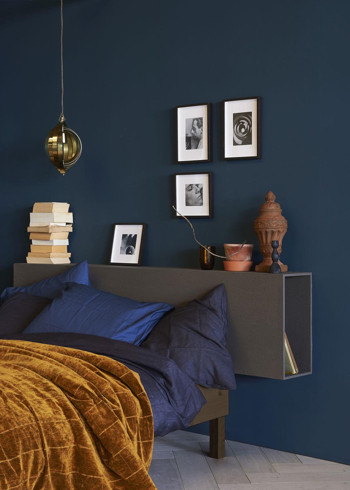 Boekenkast als hoofdbedeinde van obs, houtsnippers.
