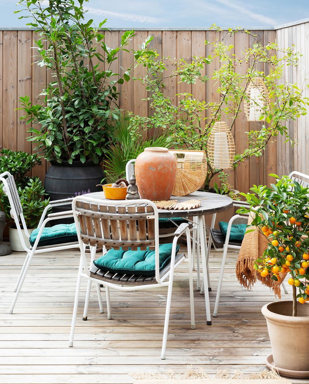 vtwonen tuin special 2 2020 | wit staal stoelen met hout aan tuintafel Buitenkijken Kopenhagen