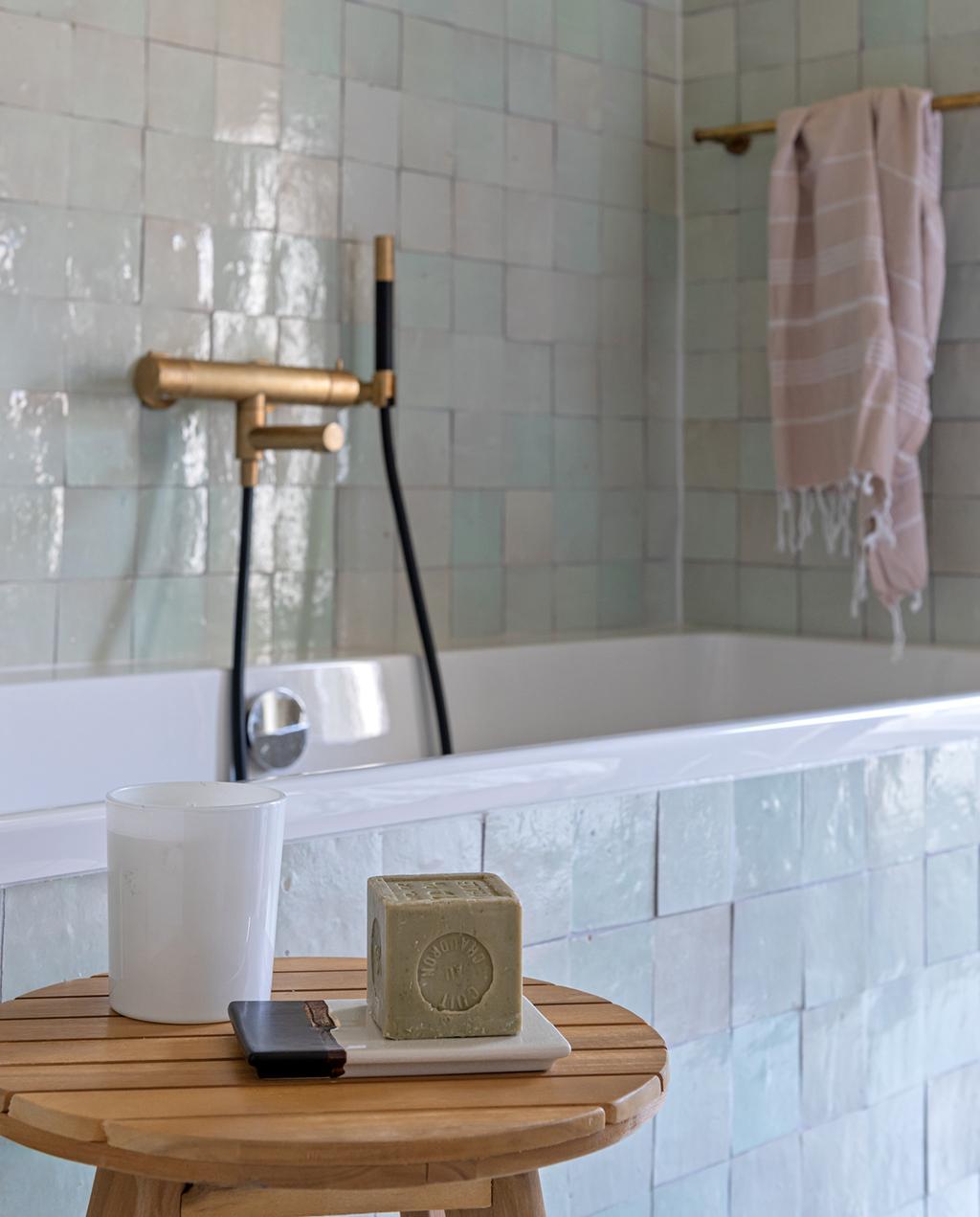 vtwonen special tiny houses | tegels van luxe materialen op het bad in de slaapkamer in Utrecht
