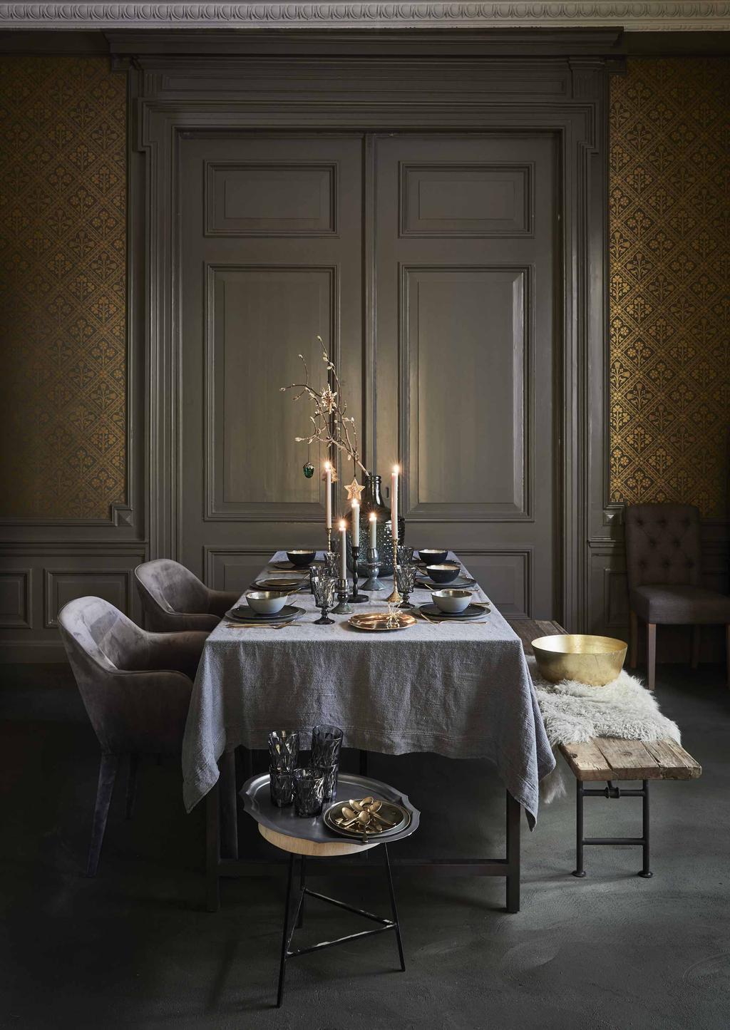 Een traditionele kerst tafel in donkere kleuren.