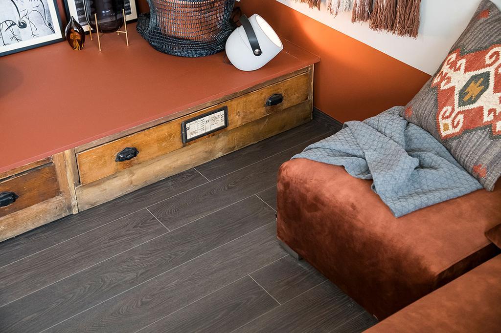 De vloer in de zitput van Loes en Kim uit Arendonk in de eerste aflevering van het tweede seizoen van 'Een frisse start met vtwonen'.