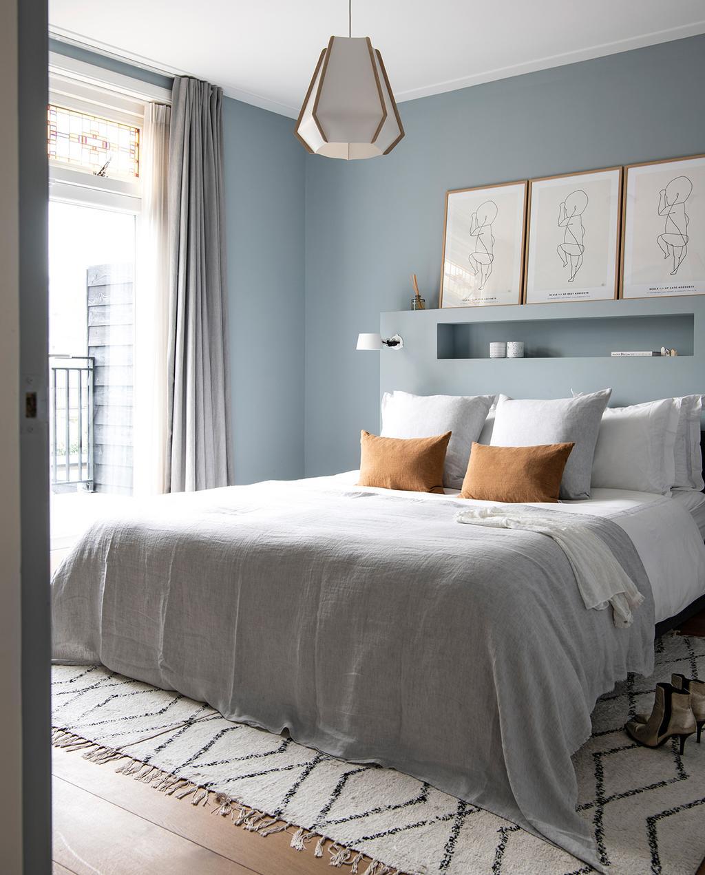 vtwonen 04-2021 | slaapkamer met opgeruimd bed en hoofdbord met opbergruimte