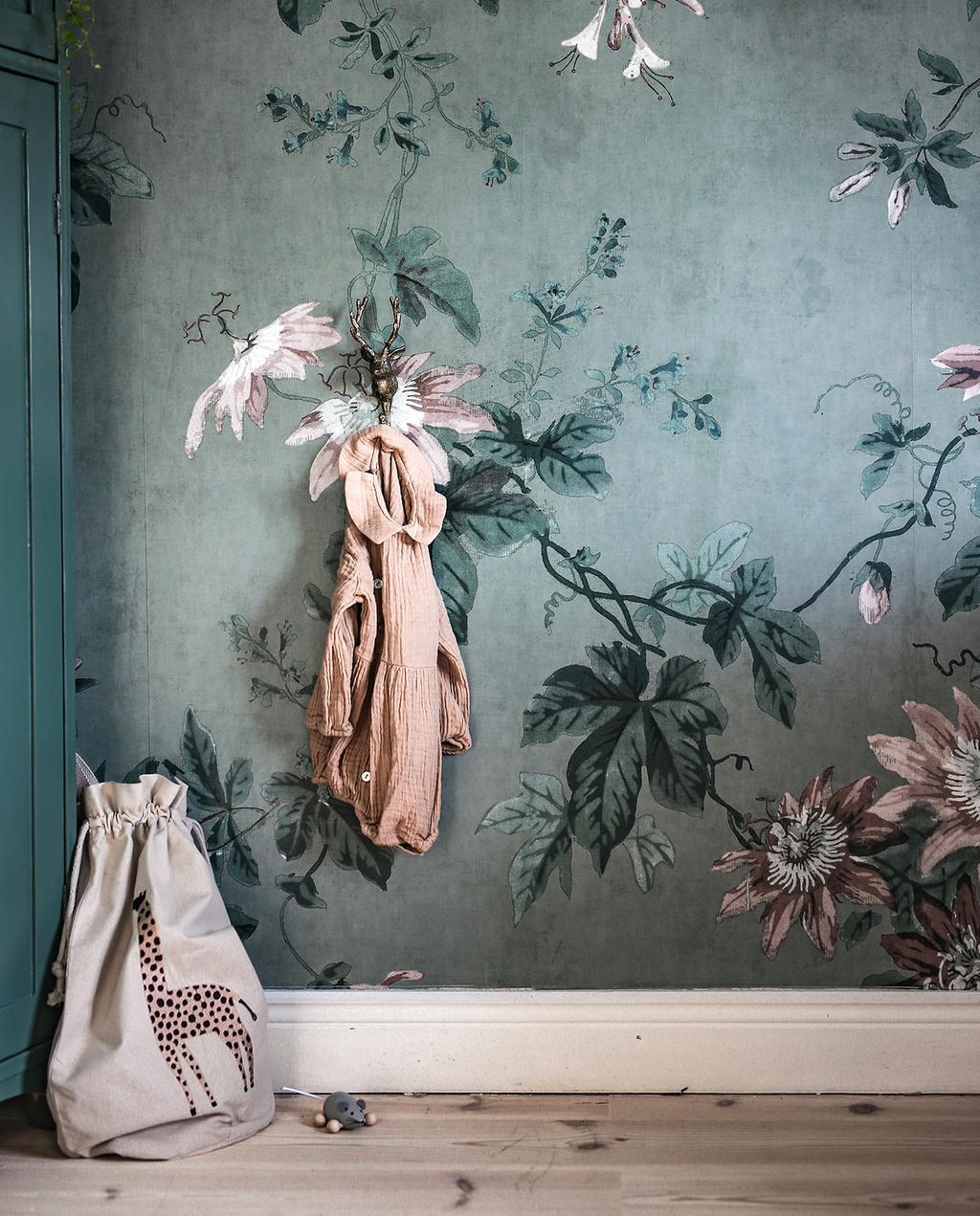 vtwonen 03-2020 stof verf & behang | bloemen behang met blauwe groene achtergrond
