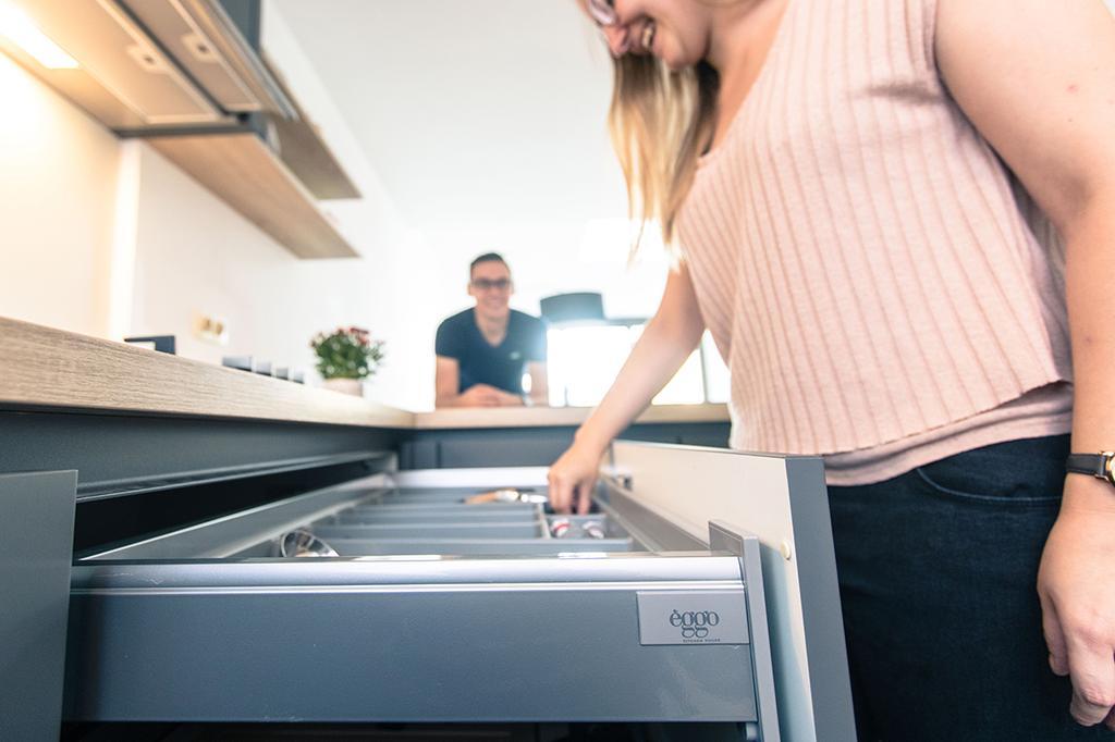 Charlotte opent lade van haar nieuwe keuken van èggo