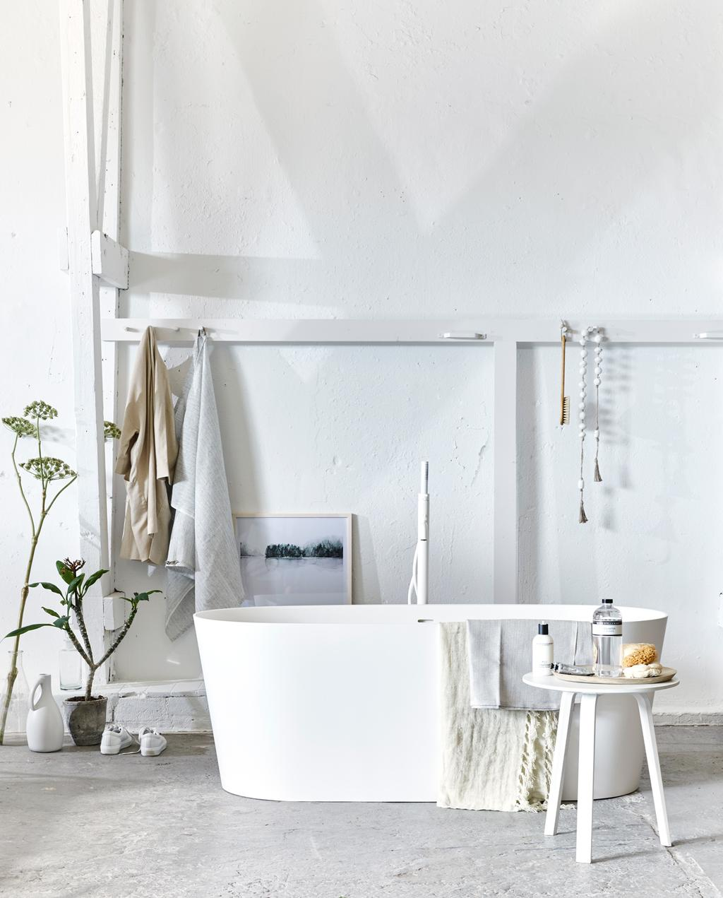 basic witte badkamer met moderne badkuip |  Fotografie Jeroen van der Spek, styling Cleo Scheulderman