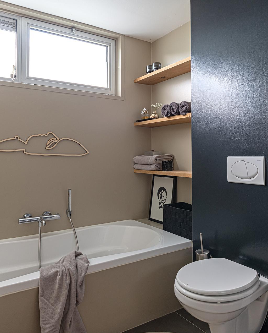 vtwonen 04-2021 | badkamer met toilet en donkere muur