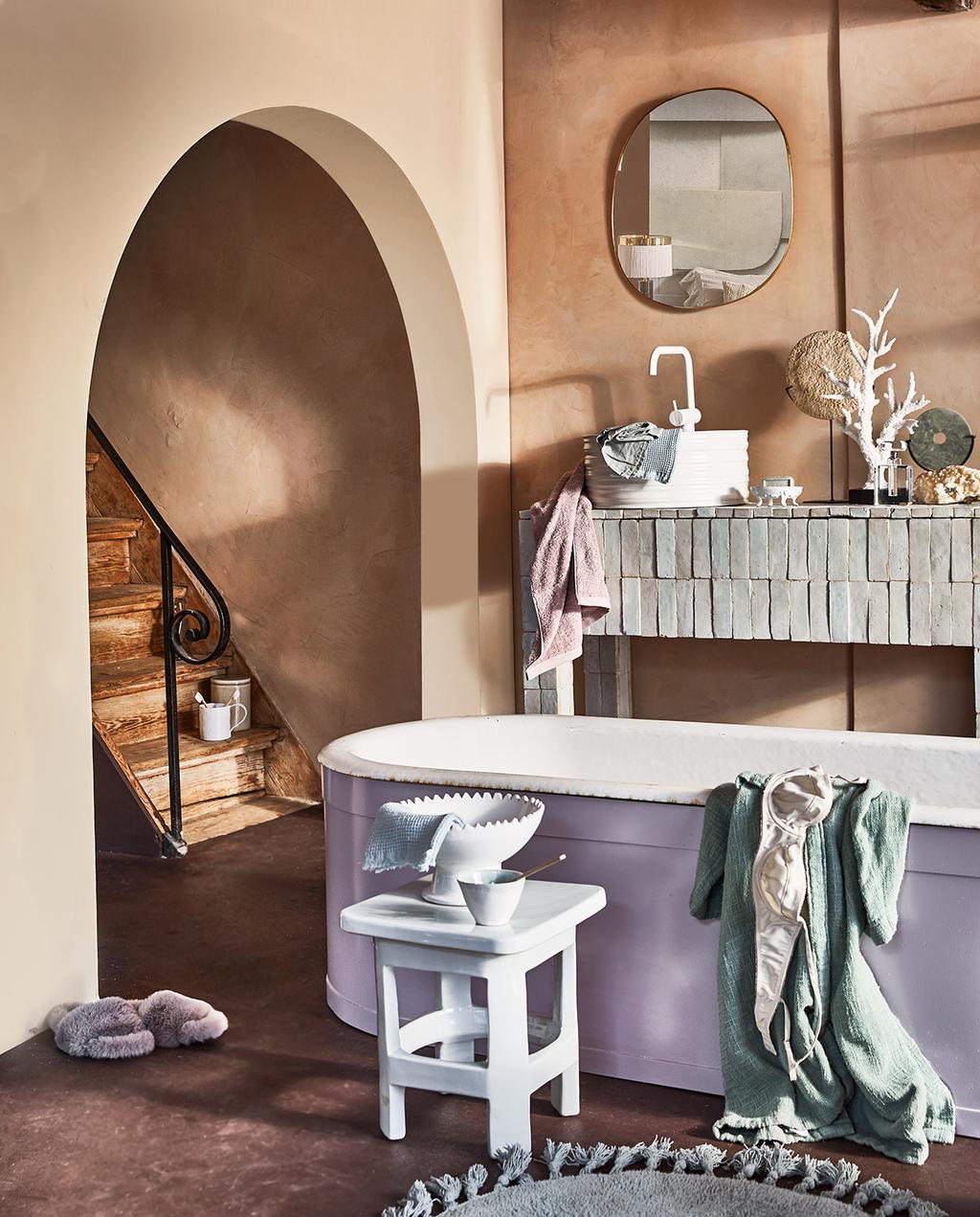 vtwonen 06-2021 | paars bad in de badkamer met een pastel wit trapje
