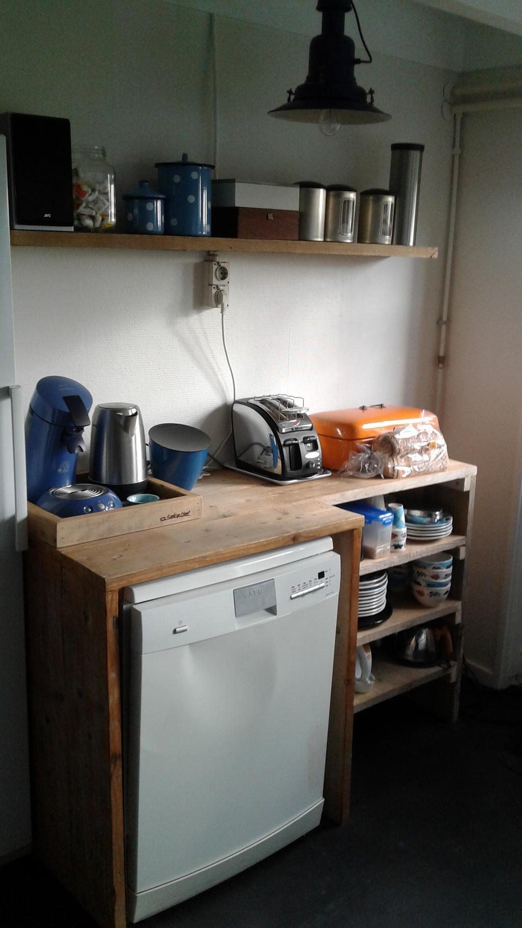 omdat-het-keukenblok-een-kastbreedte-kleiner-was-geworden-door-het-grote-fornuis-hebben-we-aan-de-andere-kant-van-de-keuken-een-toonbank-van-de-beautysalon-als-extra-werkruimte-geplaatst