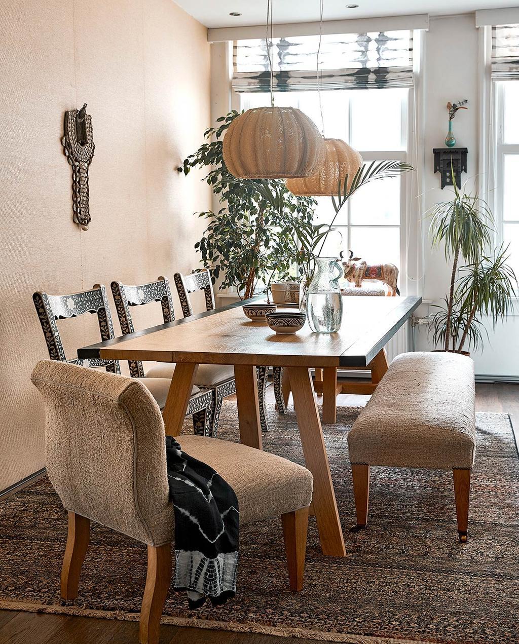 vtwonen 06-2021 | eettafel met stoelen fauteuil en bankje
