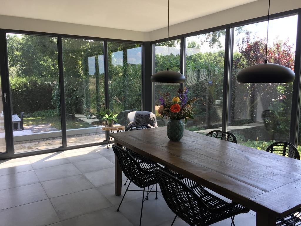 zitgedeelte-met-uitzicht-op-de-tuin