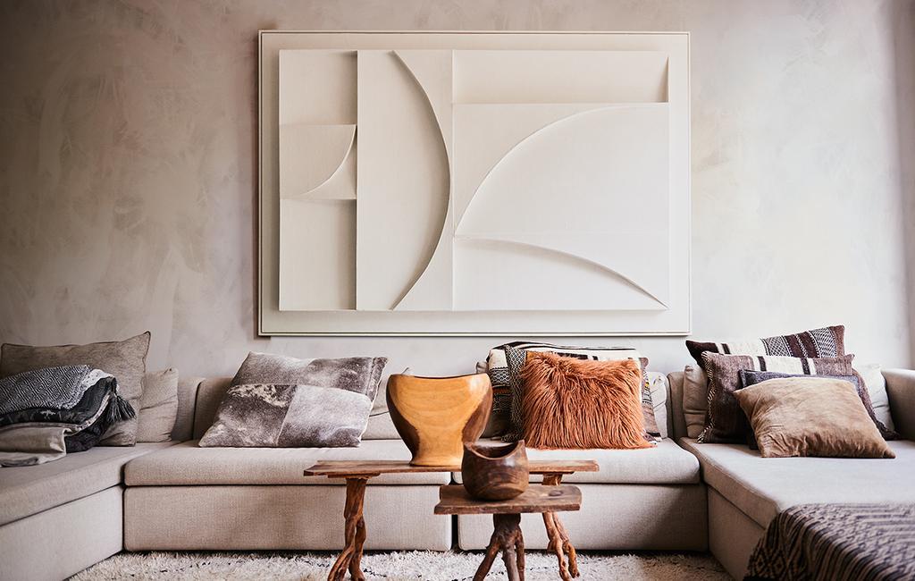 vtwonen 11-2020 | wit reliëf kunstwerk boven de bank