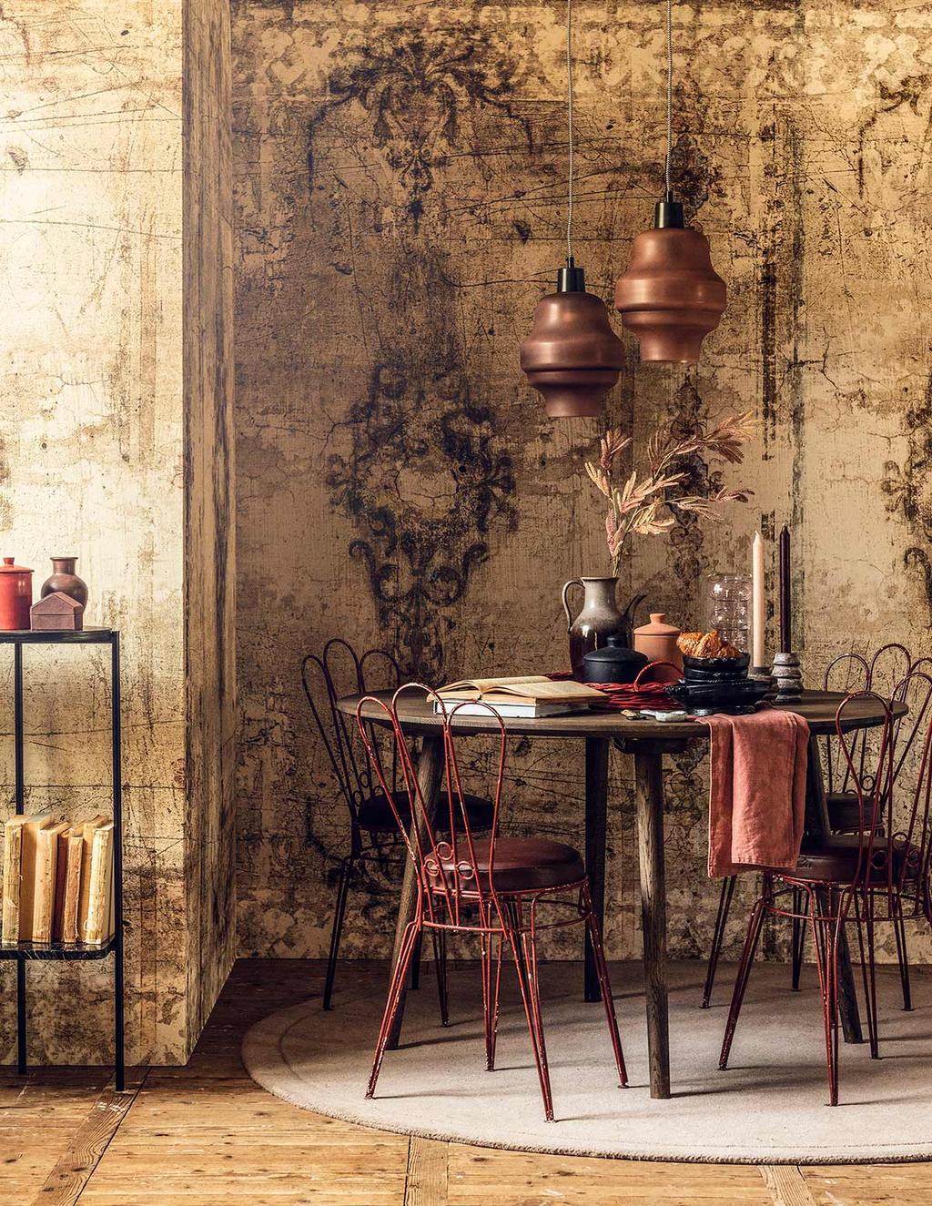Franse woonstijl met bistro stoelen en Frans behang