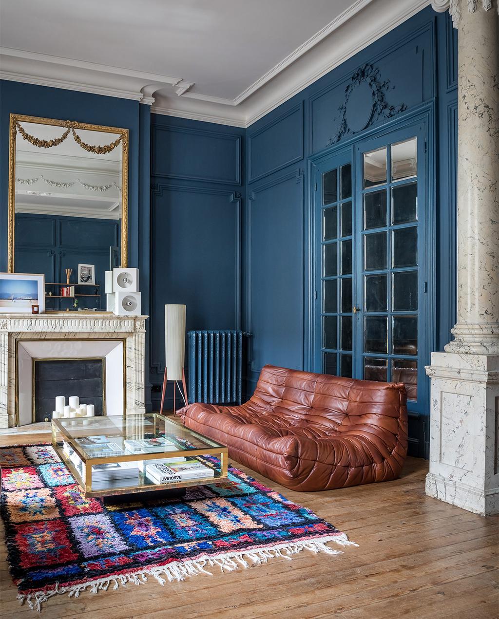 vtwonen special zomerhuizen 07-2021 | blauwe woonkamer met donkere blauwe tinten, en een Togo bank | klassiek interieur modern