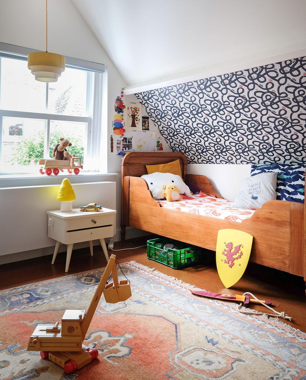 vtwonen 03-2021 | kinderkamer met bed, speelgoed en vloerkleed