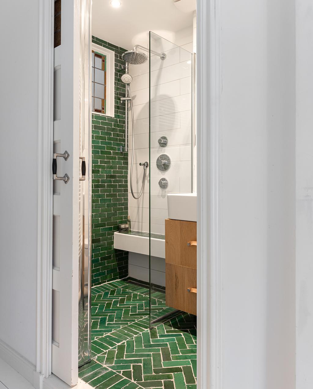 vtwonen special tiny houses | badkamer met groene chevron tegels