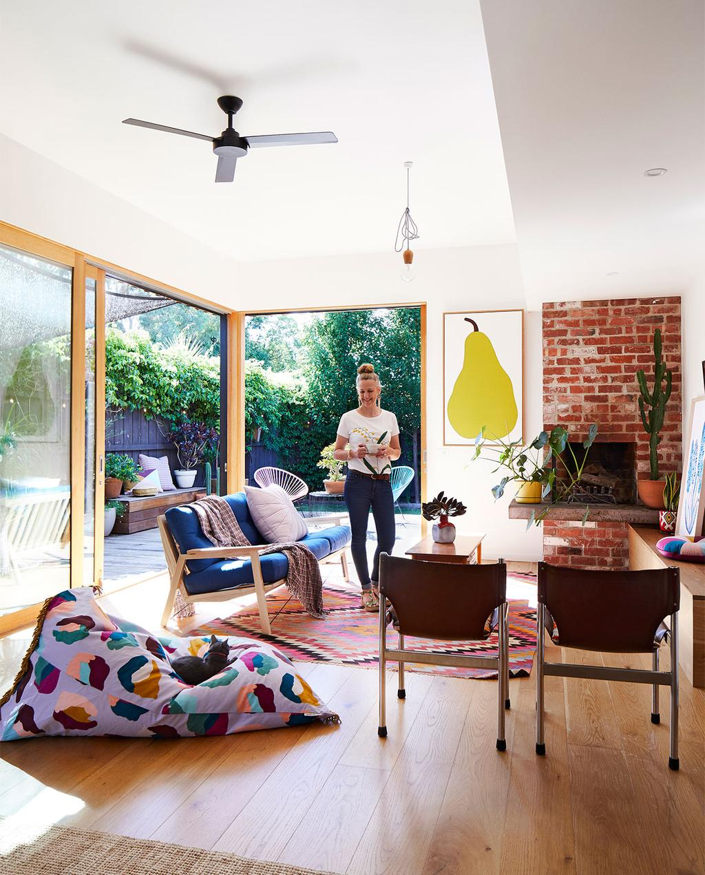 vtwonen binnenkijk special zomerhuizen 07-2021 | zitzak en een groot schilderij van een peer in de woonkamer
