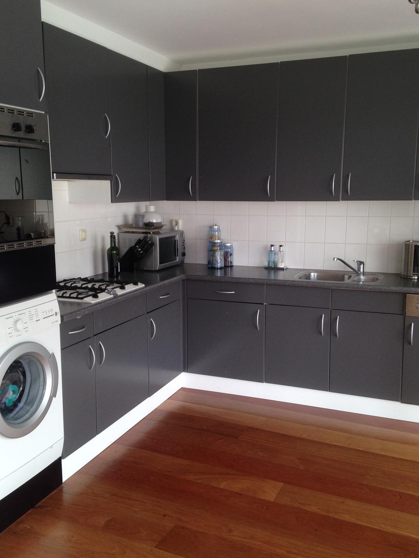 voor-de-verbouwing-koken-met-de-rug-naar-het-raam-onpraktisch-gebruik-eigenlijk-geen-gebruik-makend-van-de-ruimte