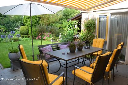 Terras met tuinset en bankje - tuinblog