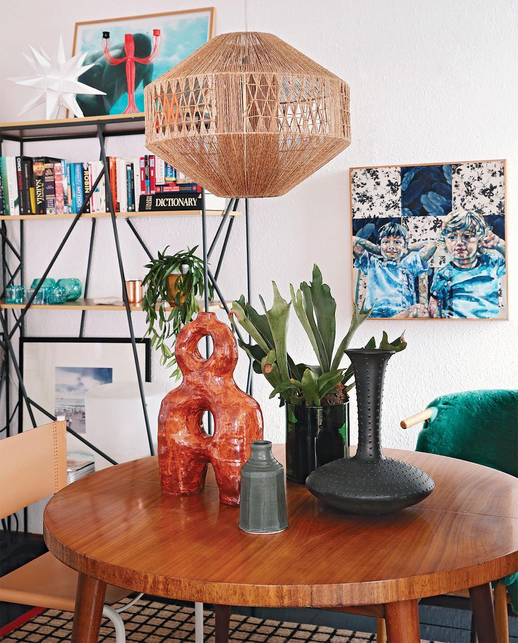 vtwonen special zomerhuizen 07-2021 | keramiek met verschillende vormen en structuren op de ronde tafel