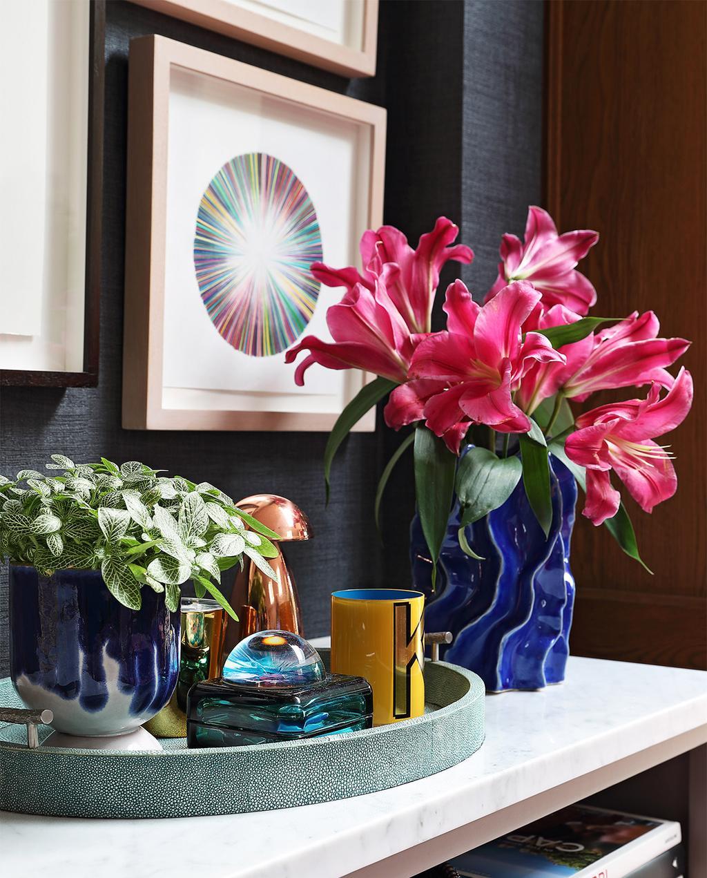 vtwonen binnenkijk special 07-2021 | behang gevlochten met blauwe vaas en roze bloem