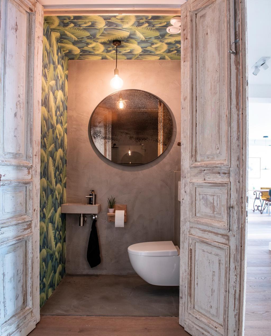 vtwonen bk special 03-2020 | binnenkijken Almere toilet met oude Egyptische deuren