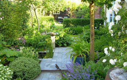 Tuin ></a></p> <h2>Je tuin naar eigenwens inrichten</h2> <p>Zoals de loodgieter lekkende kranen heeft, zo ben ik toch wat blind voor mijn eigen tuin. Maar ik ben ook geen tuinontwerper. Toen ik verhuisdeheb ik de hulp van vriendin en tuinontwerpster Annette Stuurwold ingeroepen. Want iemand moet in mijn woud aan ideeën een begaanbaar pad maken. Dat lukt me zelf niet. Ik wil te veel en ik wil het perfect, dan ga ik twijfelen en dan weet ik het niet meer. Annette hoorde me rustig aan en tekende vervolgens een verstandig plan voor mijn tuin. Waarvoor ik haar nog steeds dankbaar ben.</p> <h2>Een goed begin</h2> <p>Het wemelt van de mensen die naast hun drukke leven best graag tuinieren, maar steeds op problemen stuiten. Wat helpt is in één keer de tuin goed aanpassen aan jouw situatie enwensen, de tijd die jij wil én kan besteden aan je tuin. Laat een hovenier of tuinontwerper (vraagnaar voorbeeldontwerpen die je een idee geven van zijn/haar werk) een basisplan tekenen. Al dan niet aan de hand van het ontwerp dat je zelf al had gemaakt. Dan hebben de afvalbakken een handige plek, loop je geruisloos naar je schuur, zit je op de juiste plek, is er rekening gehouden met een waslijn, met een speeltoestel, met een mooi uitzicht, met een handige plek voor een boom als natuurlijke parasol, enzovoort.</p> <h2><b>Prijs van een tuinset</b></h2> <p>Je kan ook kiezen voor een basisontwerp mét beplantingsplan (welke planten waar). De juiste planten kiezen scheelt vaak veel in het onderhoud later. En denk ook even aan het geld dat je uitgaf aan planten die het niet bleken te doen op die ene plek. Je kan de planten dan zelf planten (in het ontwerp zie je precies waar ze moeten komen) of je laat ook dat doen. Vraag een offerte aan en de kans is best groot dat het bedrag je meevalt, je geeft waarschijnlijk meer geld uit aan je tuinmeubilair*. Zet het af tegen het voordeel van je prettiger bewegen in je tuin, minder onderhoud, minder 'verkeerde' planten' en meer genieten.</p> <p><a href=