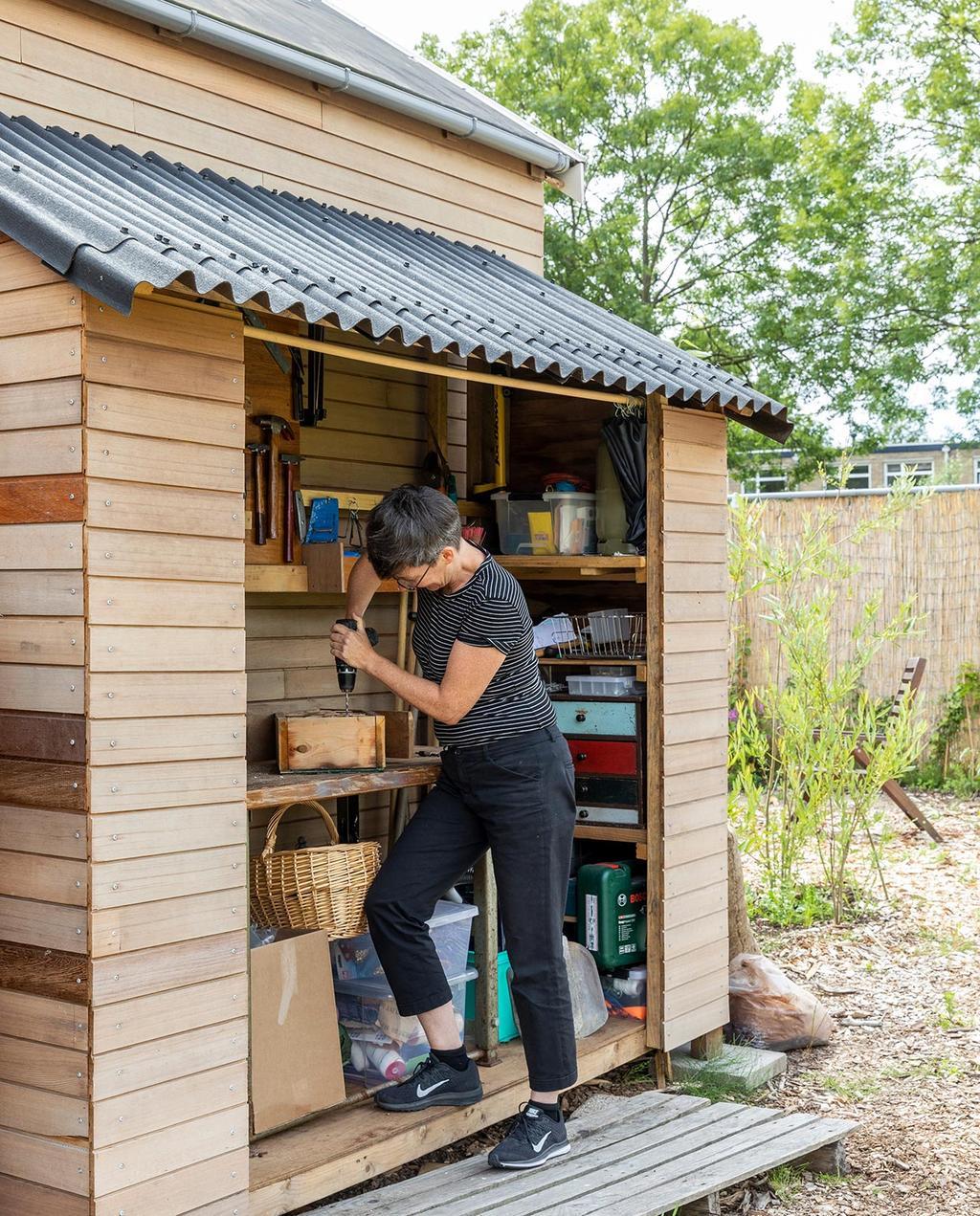 vtwonen special tiny houses | pepita bezig in de schuur aan het huis